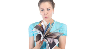 Photo surprised woman looking at a magazine